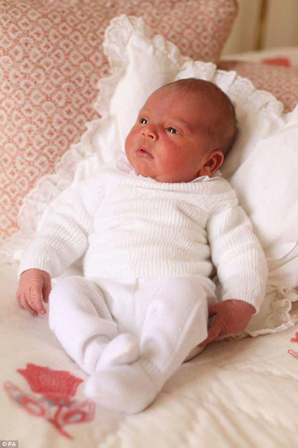 Hình ảnh đầu tiên của Hoàng tử Louis do chính Công nương Kate chụp.