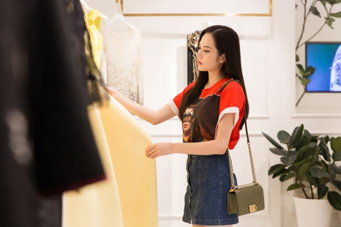 Diệu Linh đang gấp rút chuẩn bị cho cuộc thi Nữ hoàng Du lịch Quốc tế - Miss Tourism Queen Intercontinental 2018. Ngày 7/5, cô sẽ lên đường sang Thái Lan tham dự đấu trường nhan sắc này. Dù không còn nhiều thời gian, đại diện Việt Nam vẫn chỉn chu, kỹ lưỡng trong từng khâu chuẩn bị, nhất là khoản trang phục.