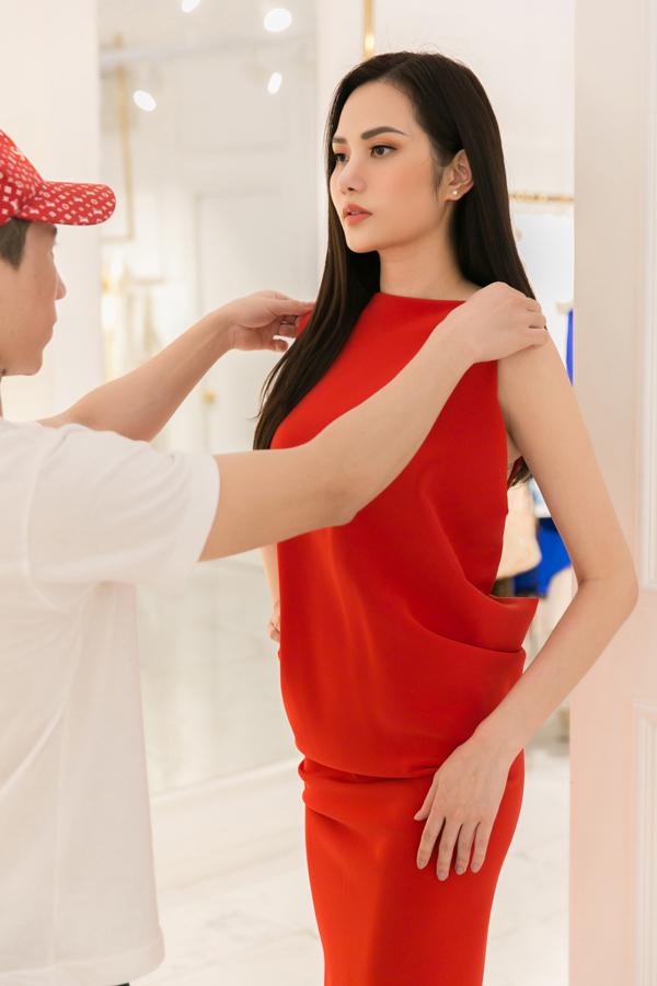Người đẹp được các nhà thiết kế tư vấn, chỉnh sửa trang phục theo đúng số đo của cô để có được vẻ ngoài hoàn hảo nhất và tạo sự thoải mái khi mặc.
