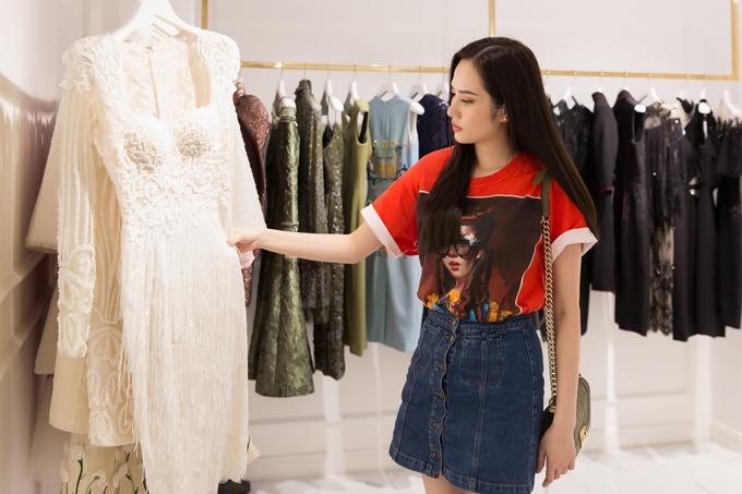 Cô tìm đến cửa hàng của nhiều nhà thiết kế nổi tiếng trong nước để tìm kiếm trang phục phù hợp với vóc dáng cũng như phong cách của bản thân.
