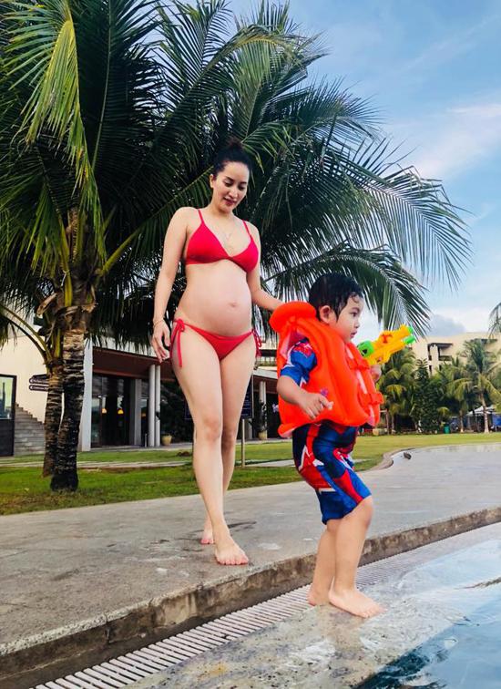 Lần hai bầu bí, cô tăng khoảng 8kg nên vóc dáng không quá nặng nề. Khánh Thi từng tiết lộ rằng, cô chú ý chế độ ăn uống để luôn đảm bảo sự phát triển cho thai nhi. Mang thai ởtuổi 37, cô càng phải cẩn thận hơn về sức khoẻ của hai mẹ con.