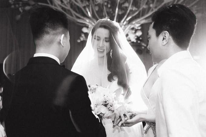 Kỳ Duyên và một phù rể chúc vợ chồng Diệp Lâm Anh - Nghiêm Đức trăm năm hạnh phúc. Sau đó họ rút lui để cô dâu - chú rể thực hiện nghi thức cưới.