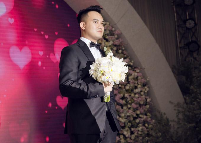 Thiếu gia Nghiêm Đức cầm hoa cưới đứng chờ sẵn.
