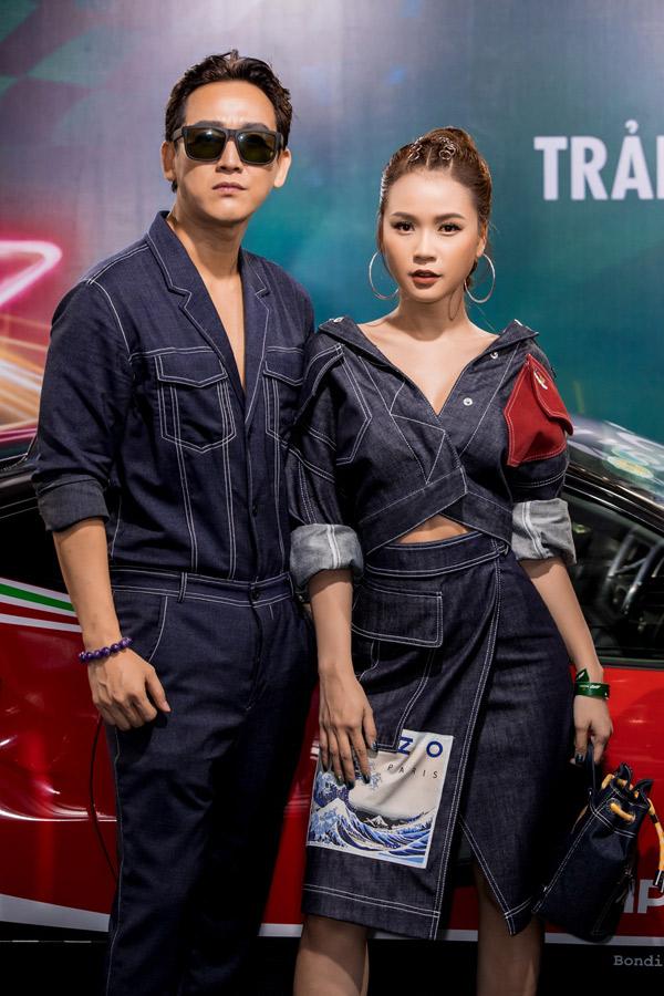 Người đẹp tình tứ chụp ảnh cùng đàn anh Hứa Vĩ Văn tại sự kiện.