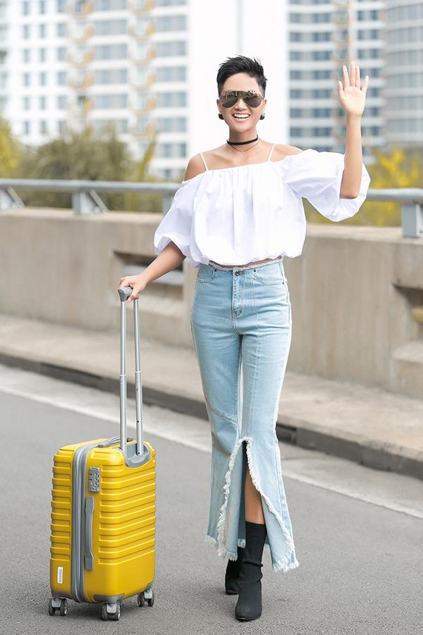 Hoa hậu HHen Niê tại sân bay Tân Sơn Nhất chiều nay. Ảnh: Huỳnh Trường Thiên An