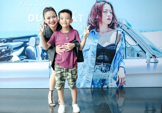 Hải Yến Idol vừa ra mắt dự án Women in love và MV Đừng nghĩ mình là duy nhất. Cậu con trai 8 tuổi của nữ ca sĩ có mặt trong sự kiện này. Bé Thanh Tùng là trái ngọt trong cuộc hôn nhân dài 14 năm của Hải Yến và ông xã Ngọc Anh.