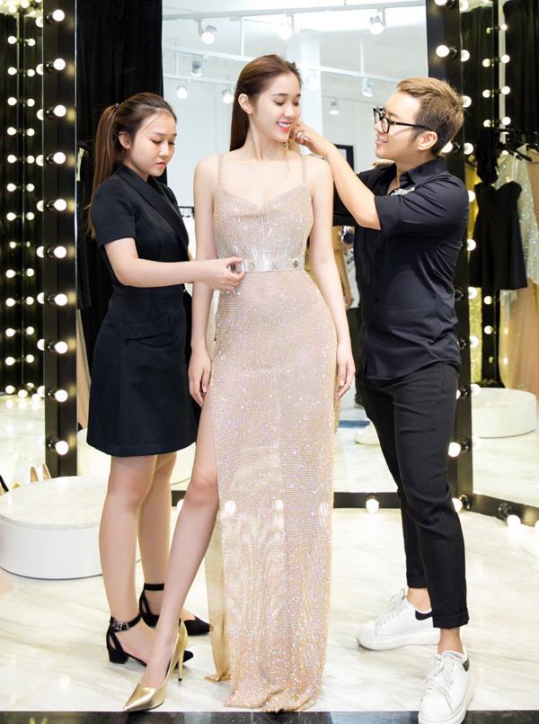 Quỳnh Hương vừa tới showroom của Chung Thanh Phong để thử trang phục dạ hội.