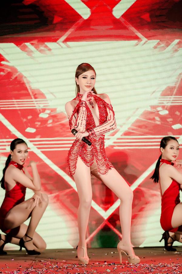 Trong chương trình, Bảo Thy trình diễn ca khúc Là con gái phải xinh - bài hit từng giúp cô giành quán quân The Remix 2017.