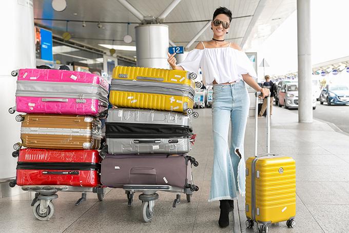 Hen khoe dáng bên 7 chiếc vali mà cô mang theo chuyến công tác.