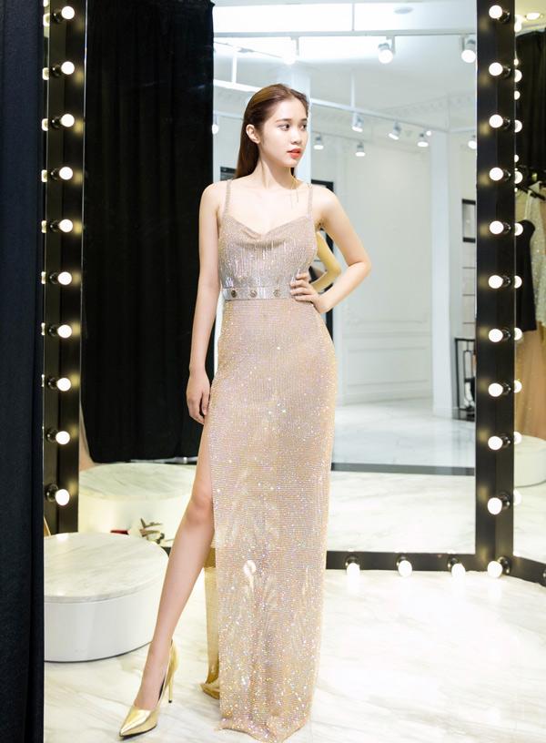 Cô sẽ mặc váy ánh kim, xẻ vạt cao và xuyên thấu dự LHP danh giá, quy tụ đông đảo dàn sao nổi tiếng thế giới.