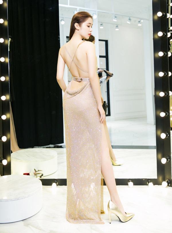 Bộ váy giúp Quỳnh Hương khoe trọn lưng trần sexy và đôi chân dài gợi cảm.