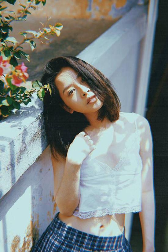 Rũ bỏ hình ảnh ngọc nữ mới của làng điện ảnh Việt, Chi Pu gây bất ngờ với phong cách sexy trong bộ ảnh diện áo bra trắng cùng váy siêu ngắn ca rô.