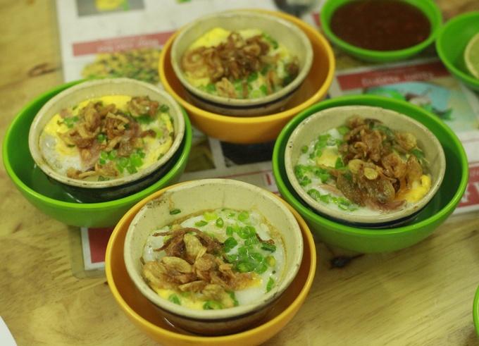 Đủ món ăn vặt miền Trung trong hẻm nhỏ Sài Gòn