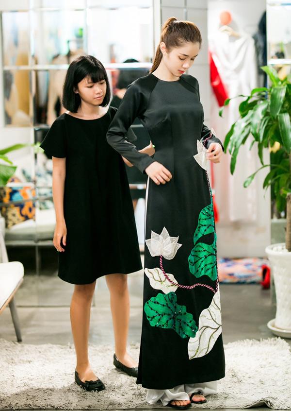 Người đẹp muốn mặc quốc phục họa tiết hoa sen để giới thiệu hình ảnh Việt Nam với bạn bè quốc tế.