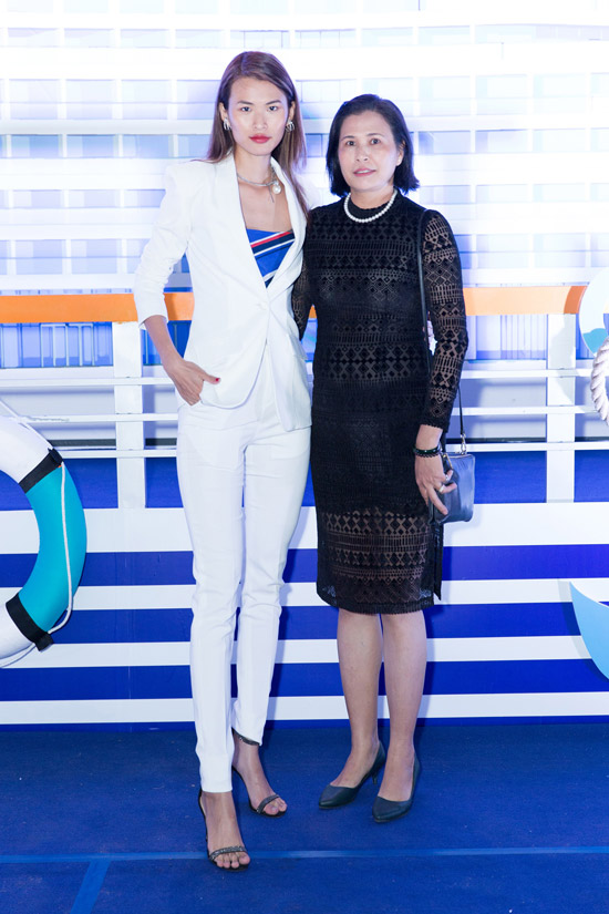 Chân dài Cao Thiên Trang cũng đưa mẹ đến Phú Quốc dự event.