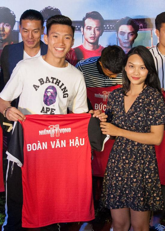 Hậu vệ điển trai Đoàn Văn Hậu cũng đến tham gia buổi giao lưu cùng Thanh Tú và các diễn viên phim 11 niềm hy vọng.