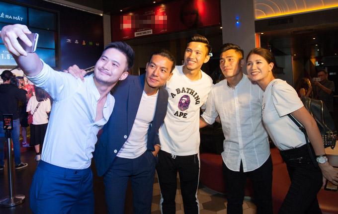 Đoàn Văn Hậu, Bùi Tiến Dũng vui vẻ chụp hình kỷ niệm cùng diễn viênHùng ChilHyun, Hiếu Nguyễn và Trang Trần.