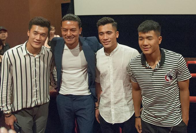 Bùi Tiến Dụng cũng đi xem phim cùng anh trai và đồng đội Hà Đức Chinh. Sự xuất hiện của 3 cầu thủ thu hút sự quan tâm của đông đảo khán giả.