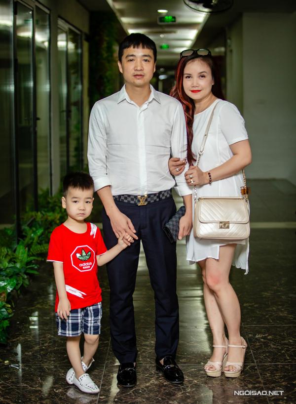 Vợ chồng Hoàng Yến dắt theo con trai đến sự kiện. Cậu bé tên An Phú, là con riêng của anh Cao Thắng. Cả Hoàng Yến và Cao Thắng đều khẳng định họ không gặp khó xử khi sống trong cảnh con anh, con tôi, con chúng ta vì cả hai đều yêu quý con riêng của nửa kia như con đẻ. Ông xã của Hoàng Yến chia sẻ với Ngoisao.net, anh rất hạnh phúc khi thấy vợ hết lòng chăm sóc bé An Phú cũng như mẹ của anh. Từ ngày yêu và cưới nhau, anh luôn đưa đón vợ, giúp đỡtrong mọi sự kiện cũng như công việc. Sau khi rời khỏi buổi ra mắt phim ca nhạc của ca sĩ Du Thiên, Hoàng Yến được ông xã đưa đến phim trường.