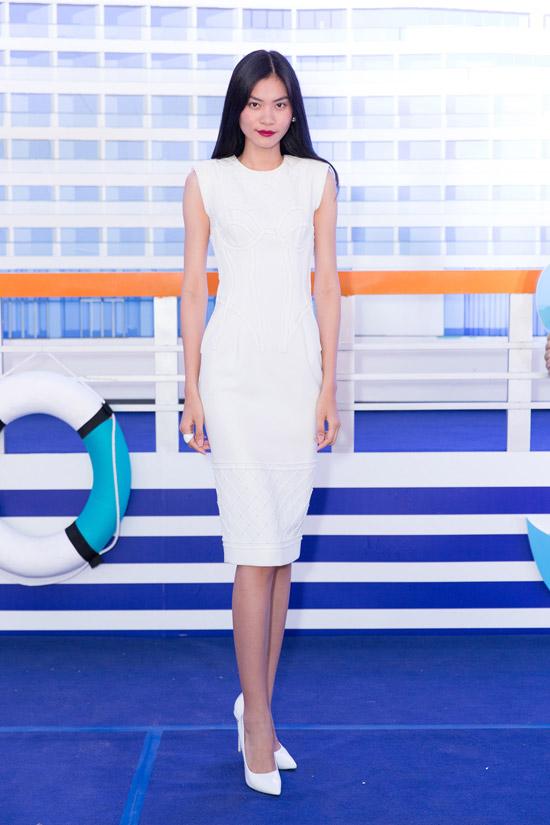 Quán quân Next Top Kim Dung khoe vóc dáng mảnh khảnh với thiết kế đầm trắng đơn giản.