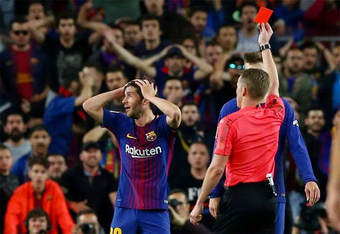 Bước ngoặt xảy ra ở phút cuối hiệp một khi Sergi Roberto nhận thẻ đỏ sau tình huống va chạm với Marcelo.