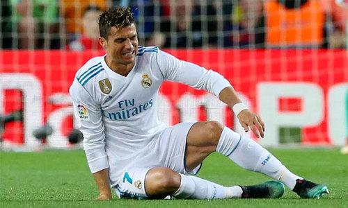 C. Ronaldo dính chấn thương sau khi ghi bàn ở El Clasico