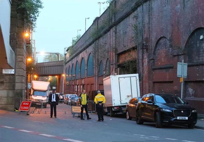 Nhà kho cũ ở phố Temperance, Manchester City được cấm đường để tổ chức tiệc mừng chức vô dịch của Man City.