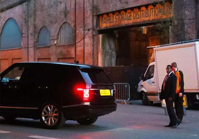 Những xế hộp sang trọng của dàn sao Man City lần lượt xuất hiện ở con phố nhỏ.