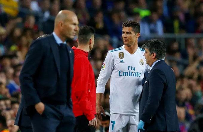 C. Ronaldo được thay ra sân nghỉ ngơi khi hiệp một kết thúc. Tiền đạo Bồ Đào Nha chạy đua với thời gian để kịp hồi phục cho trận chung kết Champions League.