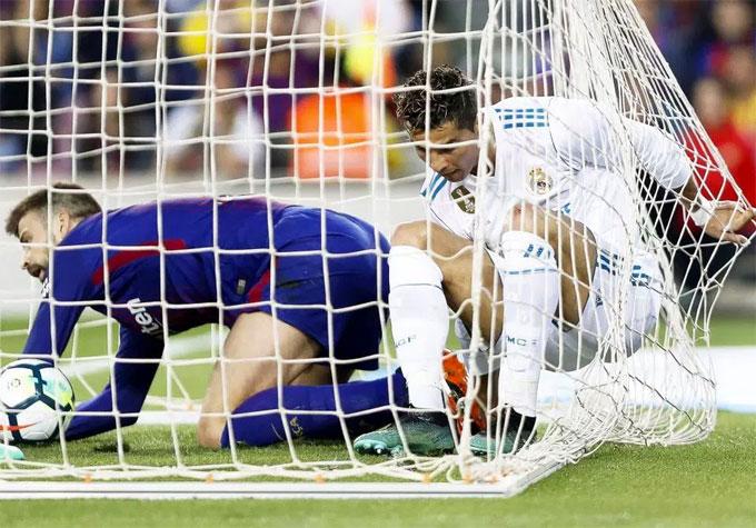 Gặp phải pha truy cản quyết liệt của Pique, C. Ronaldo bị đau ở cổ chân sau tình huống ghi bàn.