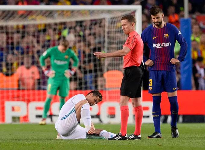 Cổ chân C. Ronaldo bị gập vì tác động từ phía trung vệ Barca.