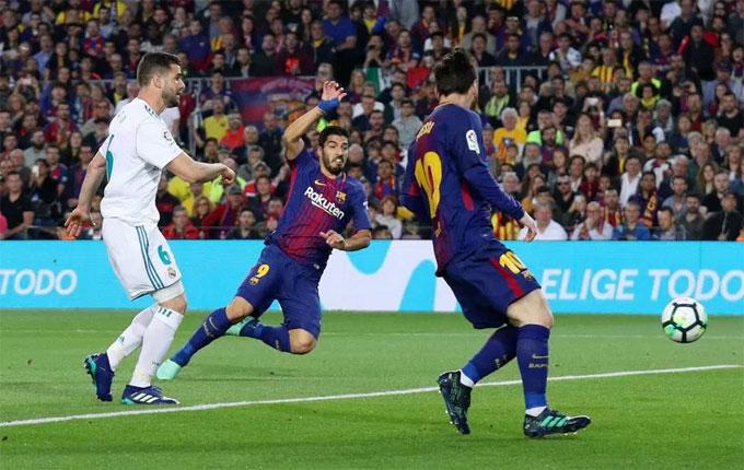 Suarez mở tỷ số 1-0 với cú đệm bóng ngay phút thứ 10 trong trận đấu Barca - Real Madrid ngày 7/5 tại La Liga.