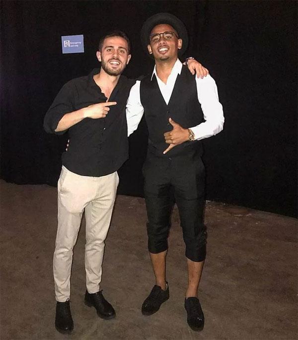 Bernardo Silva và Gabriel Jesus mặc phong cách.