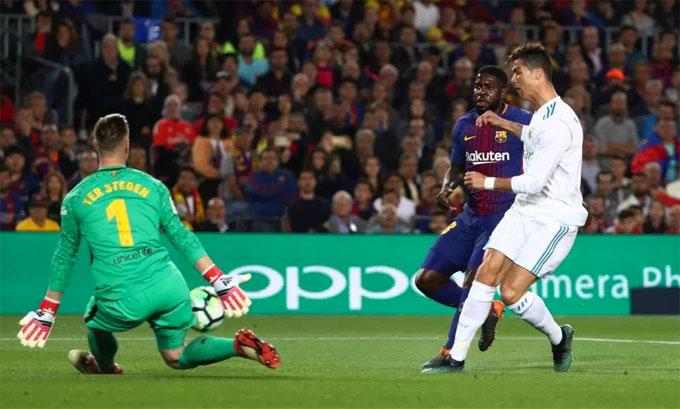 Trong những phút cuối hiệp một, C. Ronaldo có liên tiếp hai cơ hội đối mặt thủ môn Ter Stegen nhưng đều không thể ghi bàn.