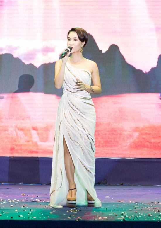 Ngoài tiết mục kết hợp, Uyên Linh còn solo Bonjour Vietnam.