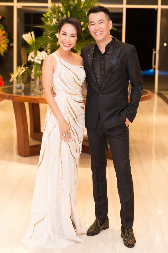 Cuối tuần qua, khi đến Phú Quốc tham gia tiệc khai trương một khách sạn cao cấp, Uyên Linh khoe vóc dáng trong bộ đầm dạ hội lệch vai. Cô rạng rỡ ôm eo đàn anh Hồ Trung Dũng trong giây phút hội ngộ.