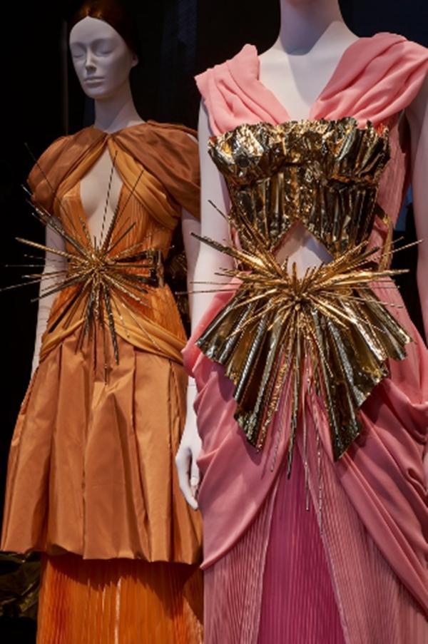 Với chủ đề Cơ thể địa đàng: Thời trang và những tưởng tượng Công giáo, triển lãm khám phá mối quan hệ thời trang giữa nhà thờ Công giáo với các thiết kế từ Coco Chanel, John Galliano và Balenciaga.