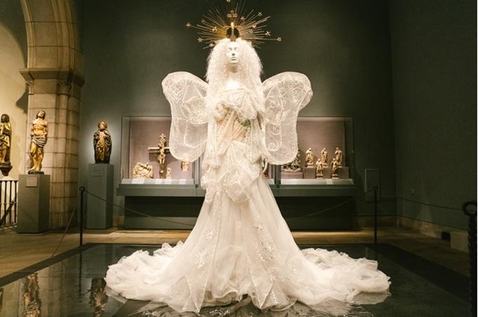 Tác phẩm nghệ thuật mang tên Ngôi nhà của Dior do John Galliano thiết kế, được làm từ vải tuyn lụa trắng và chỉ kim loại.