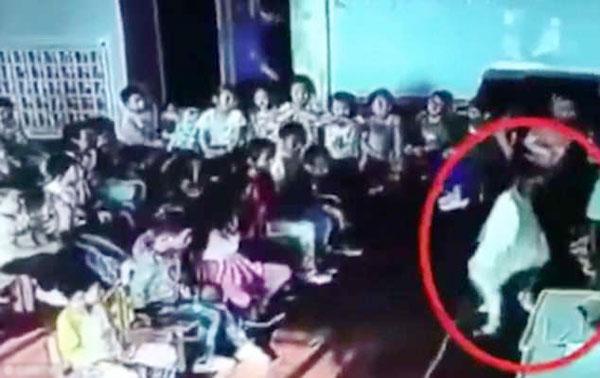 Liao bị cô giáo túm cổ áo, lôi xềnh xệch lên trước lớp và trừng phạt. Ảnh cắt từ video.