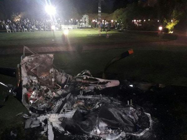 Xác chiếc trục thăng bị cháy cách nơi diễn ra tiệc cưới chỉ vài mét. Ảnh: EPTV.