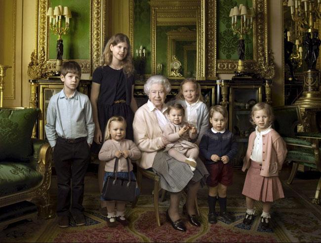 Chiếc áo len màu xanh navy từng được Hoàng tử George diện của hãng quần áo trẻ em Fina Ejerique. Ảnh: Reuters.