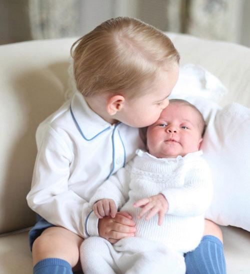 Hoàng tử George cũng từng hôn lên trán em gái khi công chúa nhỏ mới sinh được 3 ngày. Ảnh: Reuters.