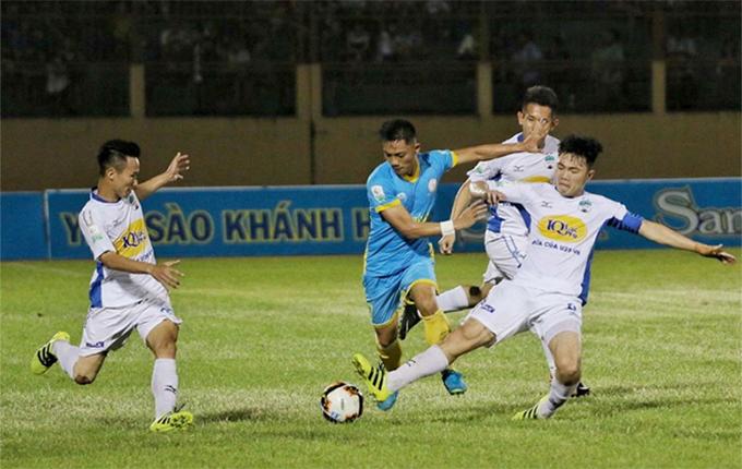 Trận đấu giữa Khánh Hòa và HAGL có nhiều tình huống xô xát, phạm lỗi giữa cầu thủ hai đội. Ảnh: VPF.