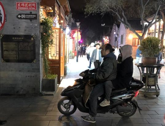 Đậu Duy chởcon gái Tĩnh Đồng dạo phố ở Bắc Kinh.