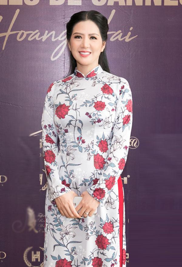 Tại buổi họp báo, Đinh Hiền Anh diện mẫu áo dài nền nã, nhẹ nhàng, khoe nhan sắc trẻ trung và thần thái cuốn hút ống kính truyền thông.