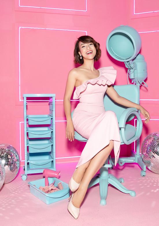 MC Hoàng Oanh gợi cảm với thiết kế váy lệch vai trang trí bèo nhún. Dáng đầm ôm sát hình thể giúp cô tôn đường cong sexy.