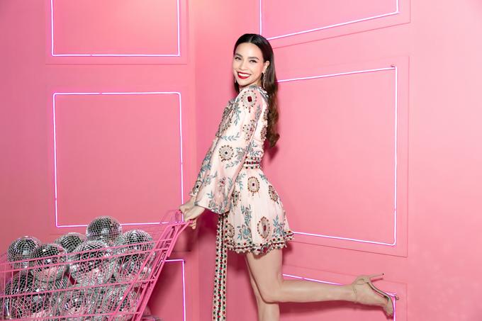 Mẫu váy hồng thạch anh được trang trí họa tiết đá màu, cườm nổi bật được Hồ Ngọc Hà lựa chọn sử dụng trong buổi tiệc tổ chức tại Sài Gòn.