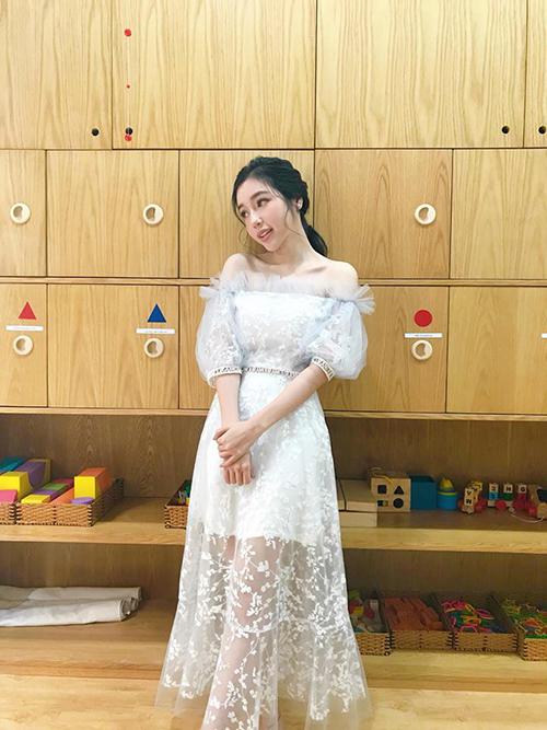 Elly Trần diện váy ren trắng hở vai dịu dàng