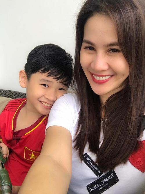 Con trai Thân Thuý Hà mê mệt bộ quần áo đội tuyển bóng đá Việt Nam. Cô viết: Ai kia có một bộ đồ U23 ngày nào cũng mặc, sáng giặt, chiều mặc.