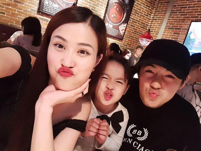 Đông Nhi - Ông Cao Thắng gia nhập biệt đội mỏ chuột, chu mỏ khi chụp hình với bé gái.